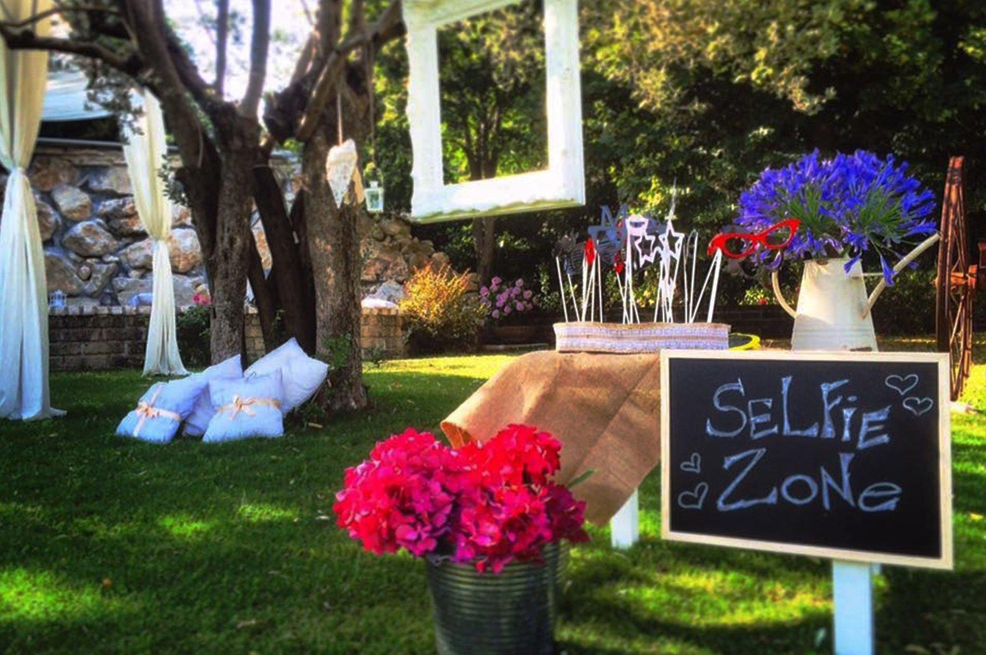 dei tavoli eleganti apparecchiati per un ricevimento e dei vasi di fiori