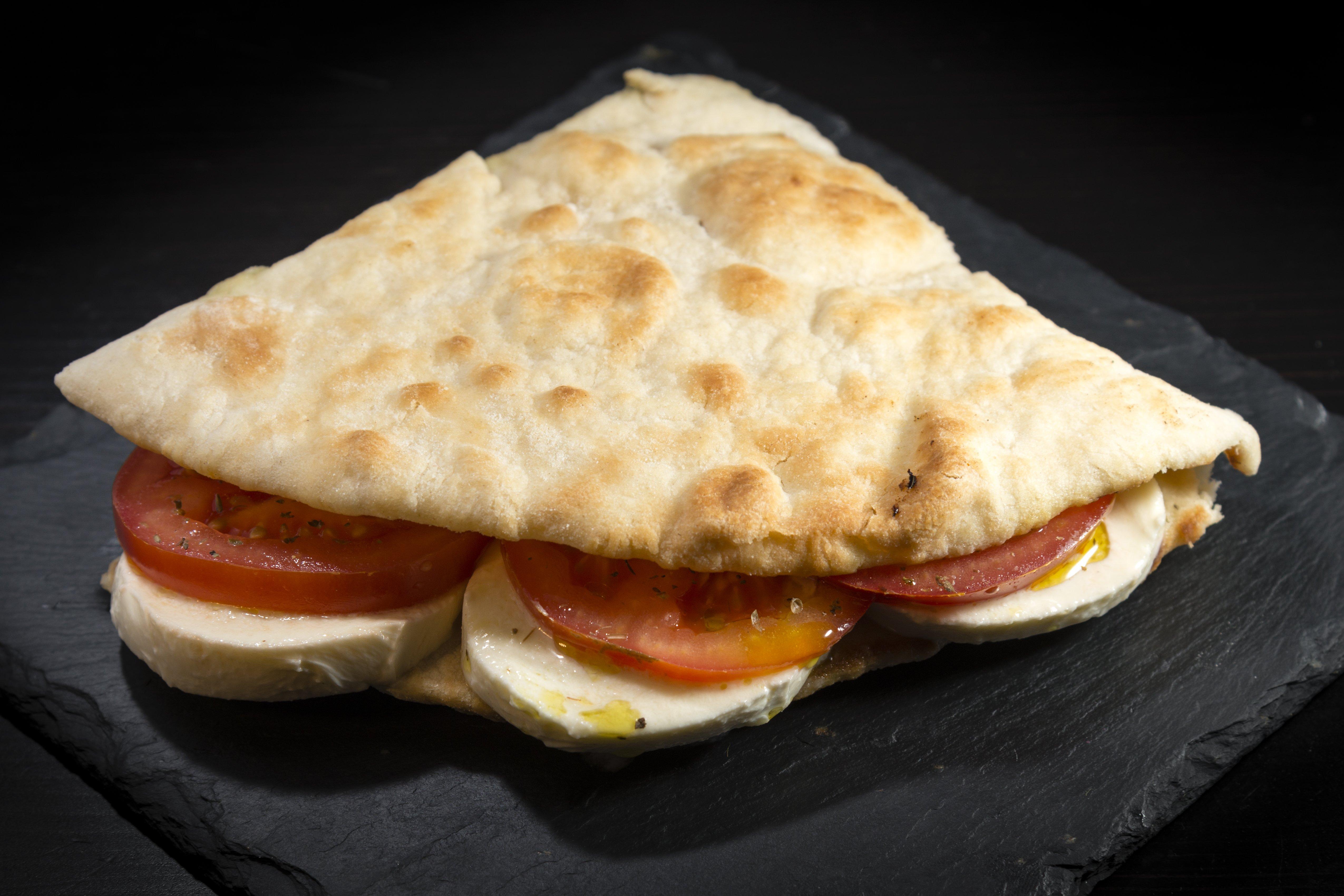 Focaccia con mozzarella e pomodoro fresco