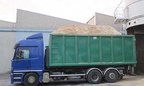 camion blu che trasporta trucioli di legno
