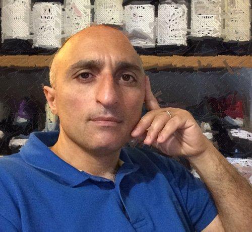 uomo davanti a uno scaffale di vini