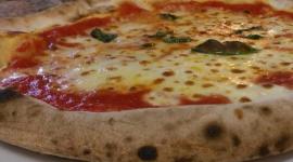 pizza cotta in forno a legna, pizzeria tradizionale, pizza a pranzo