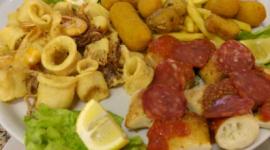 fritto misto di pesce, crocchette di patate, panelle con salamino piccante