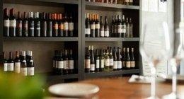 enoteca con vini bianchi e rossi