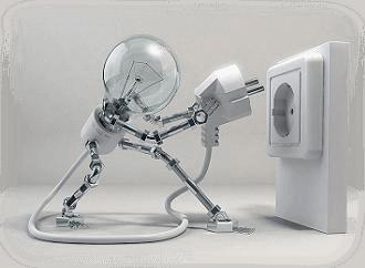 pupazzo a forma di lampadina inserisce la spina in una presa elettrica