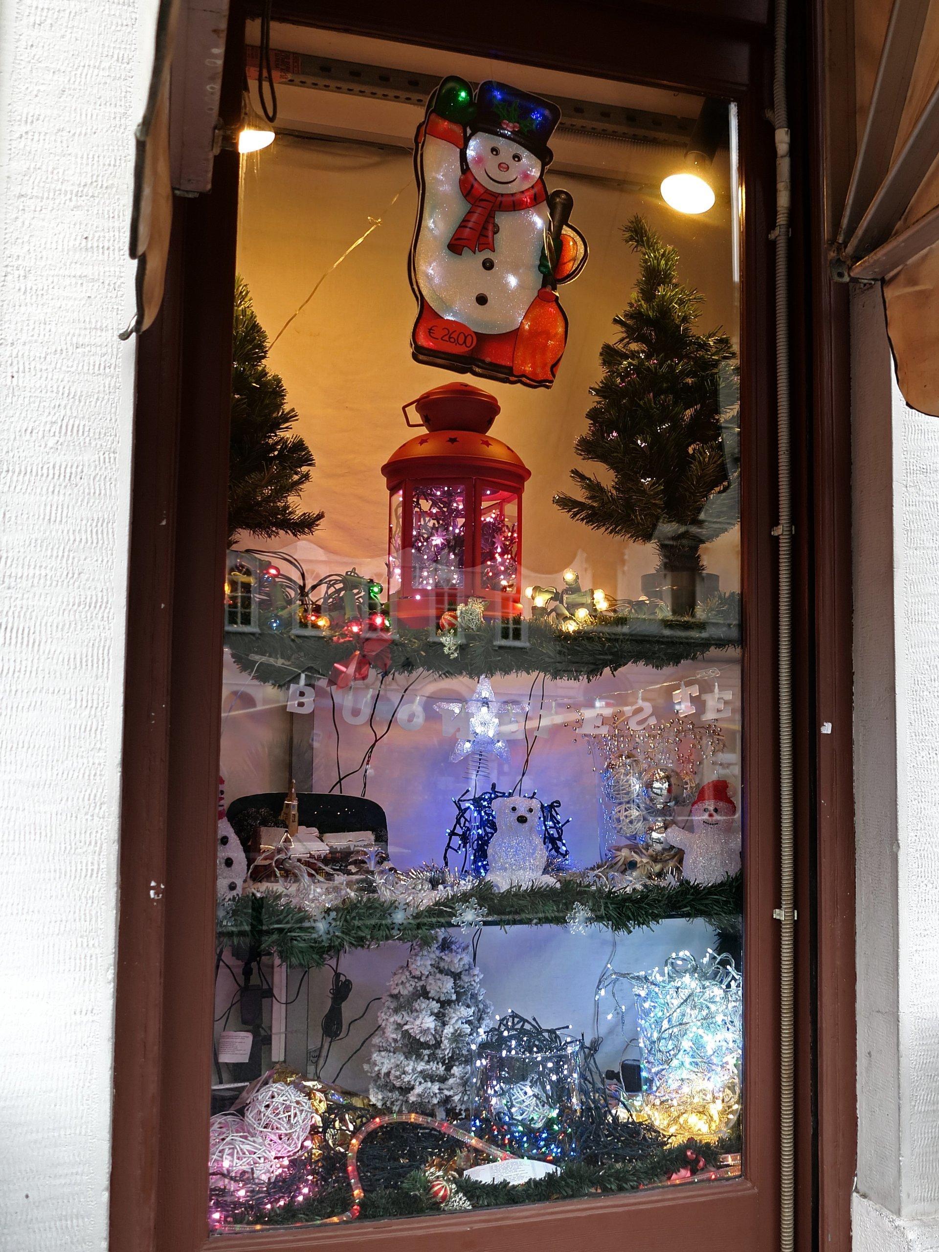 illuminazioni natalizie in vetrina