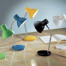 diverse lampade su scrivania