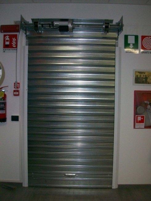 Serranda di sicurezza zincata ad elementi ciechi.