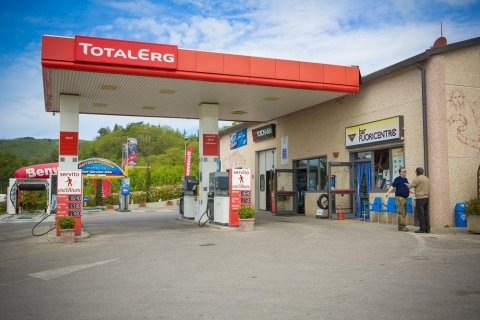 officina con pompa di benzina Total