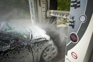 vettura durante lavaggio automatico
