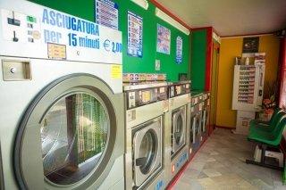 interno di lavanderia self service