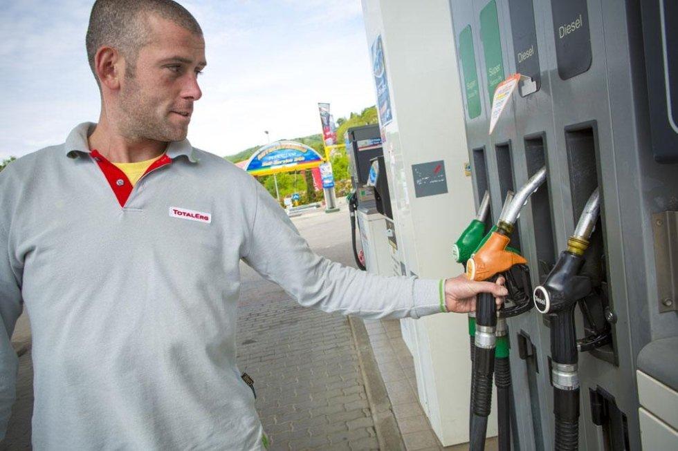 meccanico di fianco a pompe di benzina