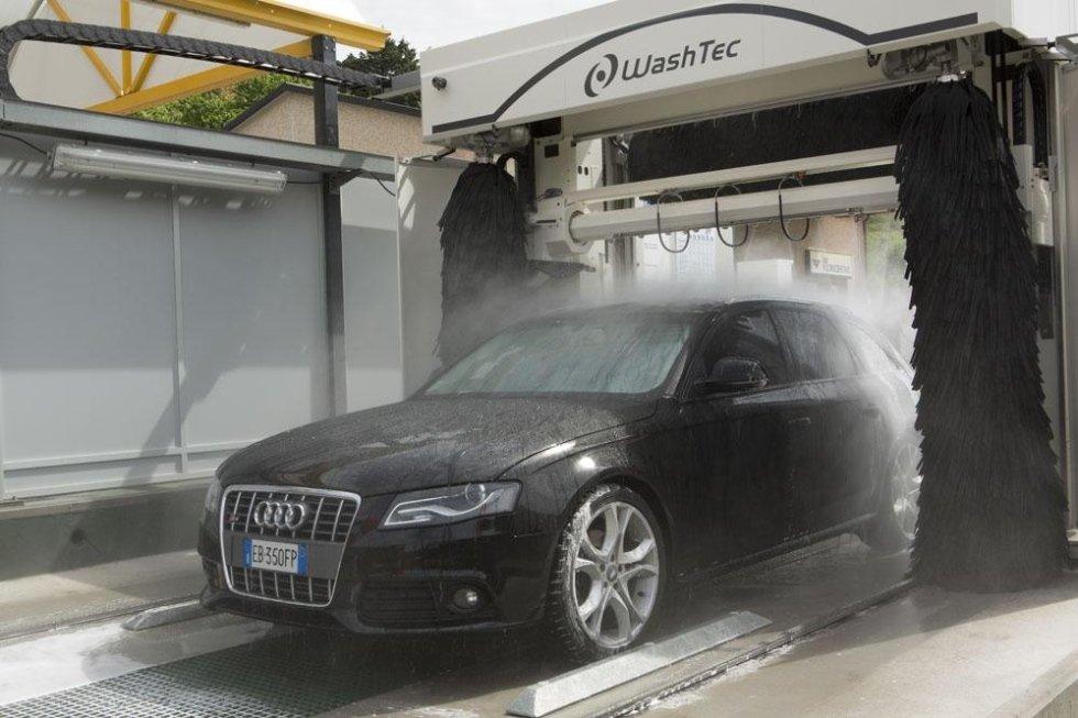 auto berlina durante lavaggio automatico