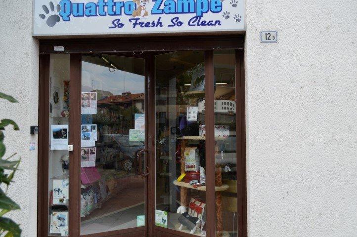 ingresso e vetrina negozio Quattro Zampe