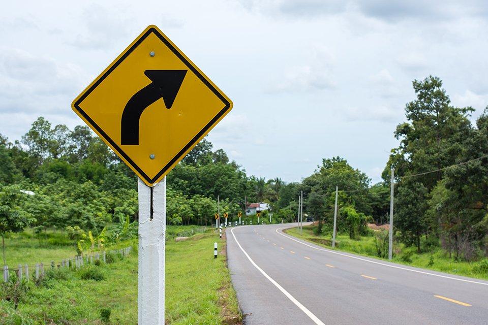 segnale stradale attenzione curva a destra