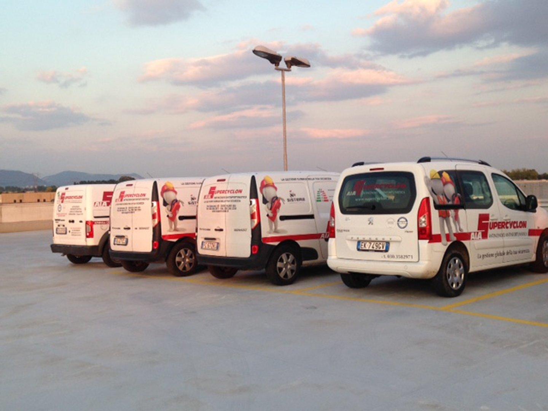 furgoni parcheggiati con insegna pubblicitaria azienda SuperCyclon