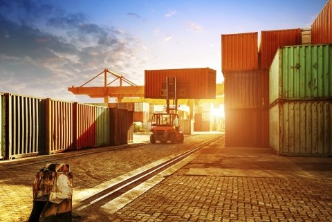 carrello elevatore in azione in deposito container