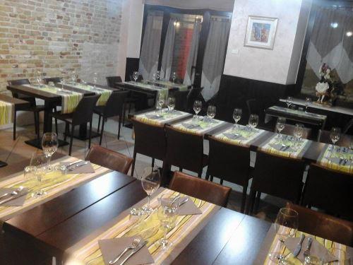 sala interna con tavoli apparecchiati