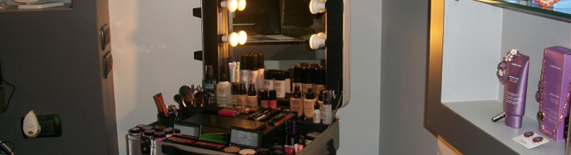 uno specchio con davanti dei trucchi