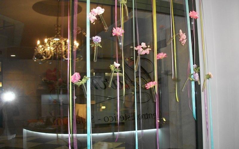 una vetrina con dei nastri colorati e fiori