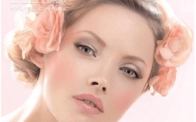 il  viso di una donna con dei fiori in testa