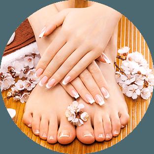delle mani e piedi di una donna con french manicure