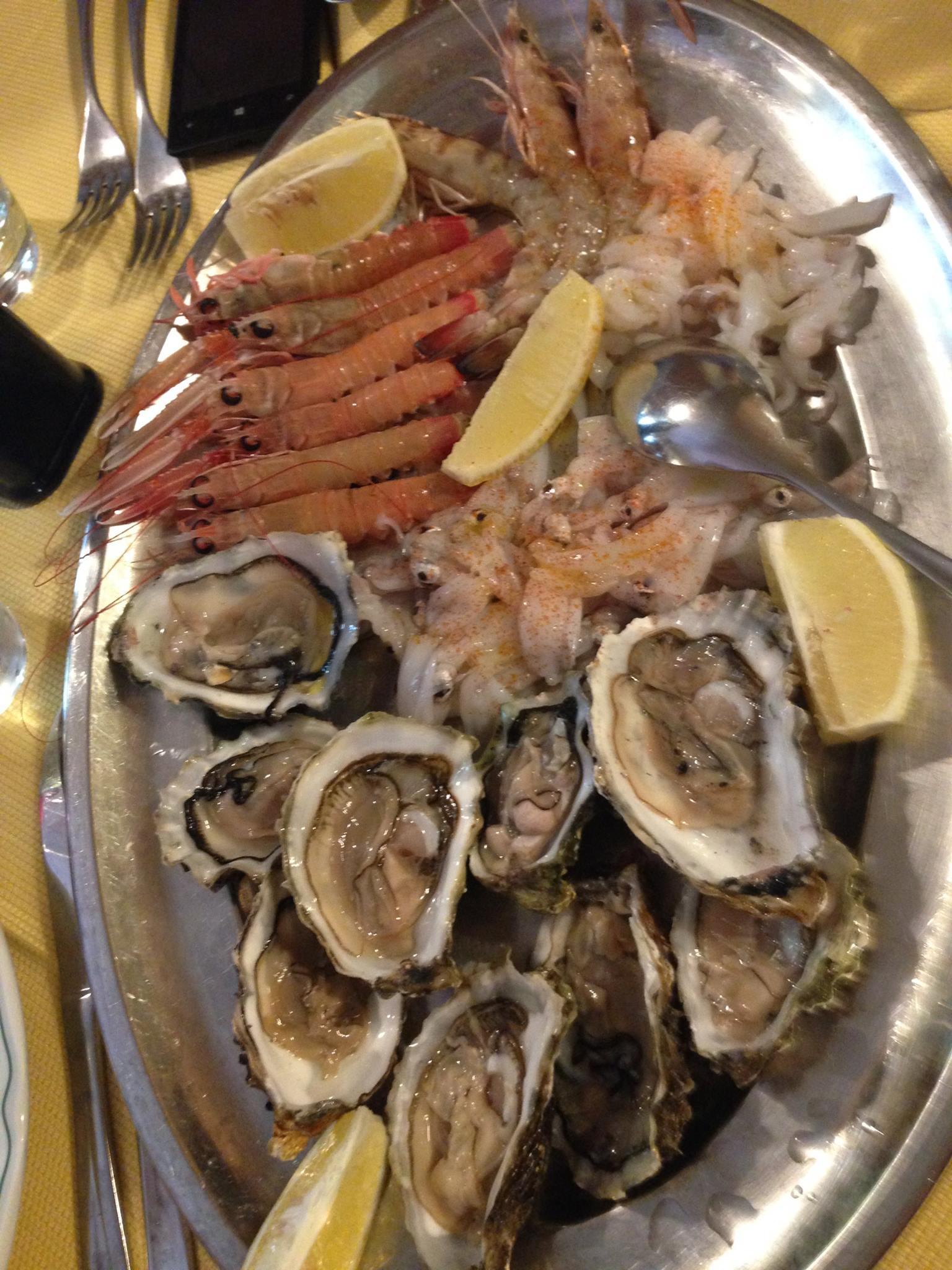Un vassoio di ostriche ed altro pesce crudo
