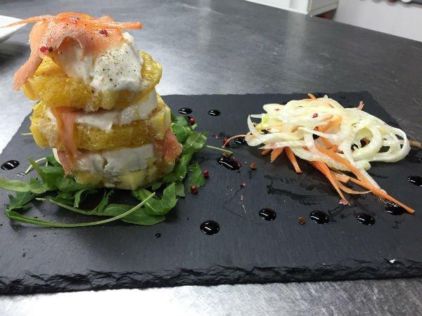 un tagliere con frutta formaggio e salmone