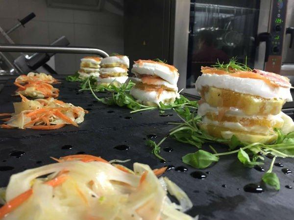 una specialità con formaggio, salmone e frutta