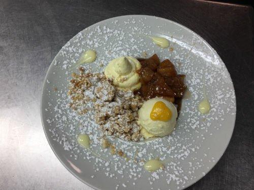 un dessert con delle creme