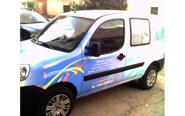 auto con logo aziendale