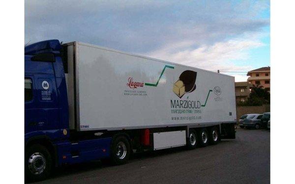 camion con logo e contatti