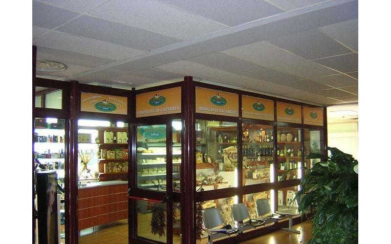 vetrine con insegne