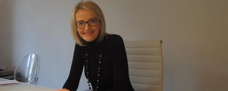 donna bionda con occhiali che sorride