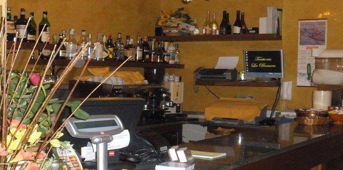 vista di un ristorante con il bancone