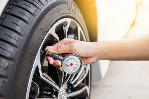 controllo pressione gomme auto