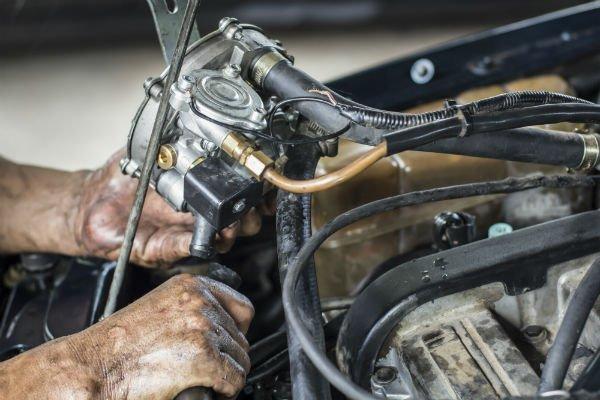 meccanico durante una riparazione