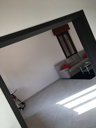Soggiorno con divano a Mantova