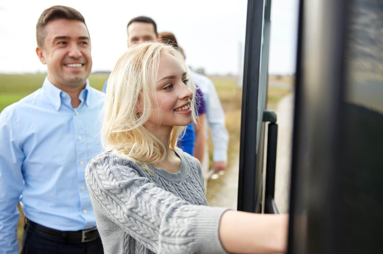 persone che salgono sul bus