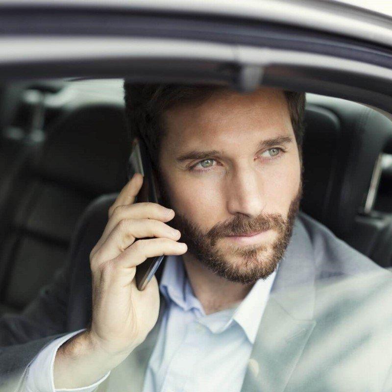 un uomo al telefono