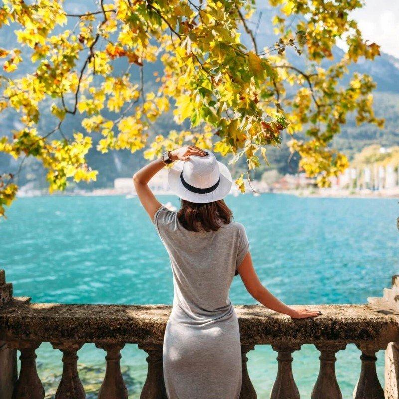 una donna che ammira un paesaggio