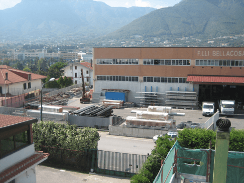 vista panoramica del magazzino dell'azienda con sfondo di montagne e zona urbana
