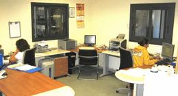 due persone impegnate in ufficio di fronte al computer