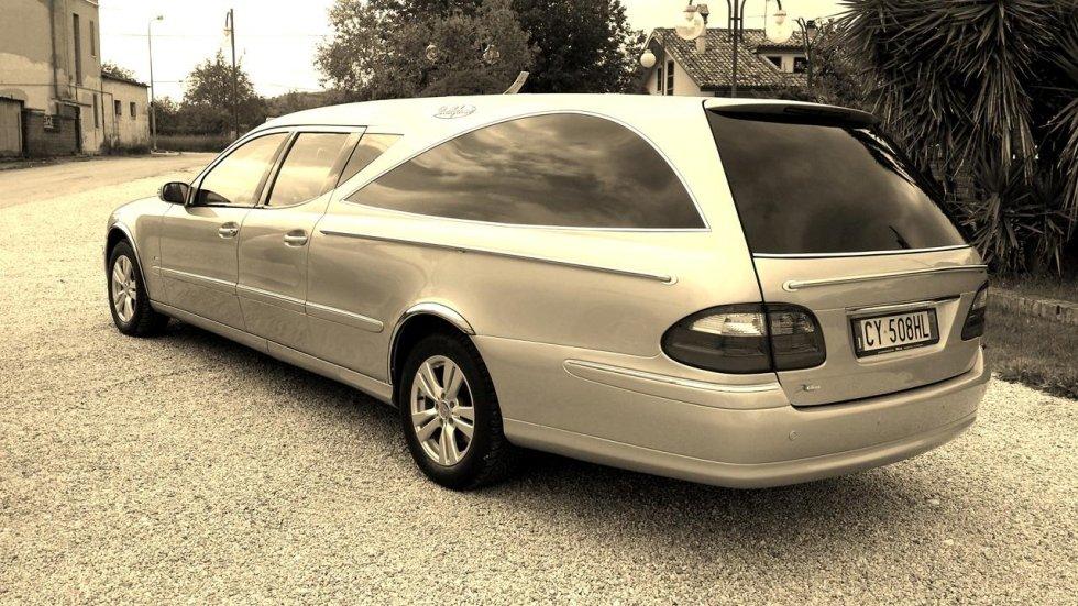 un carro funebre visto lateralmente