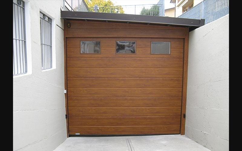 porta sezionale in legno con oblo