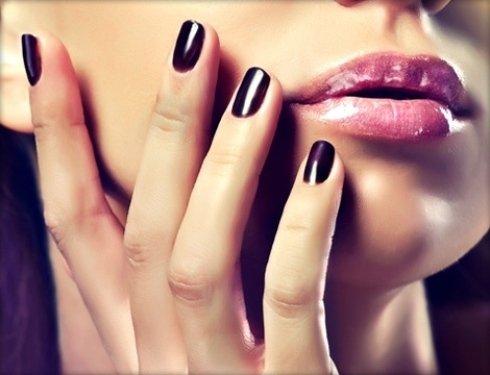 parrucchiere estetica con smalto unghie semipermanente