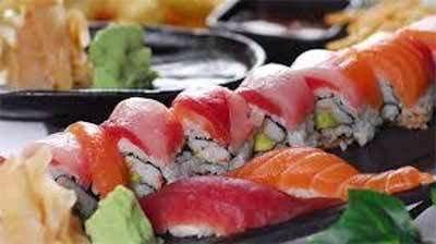 sushi di salmone e wasabi