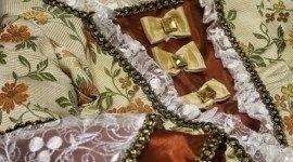 vestito d'epoca con pizzi e fiocchi