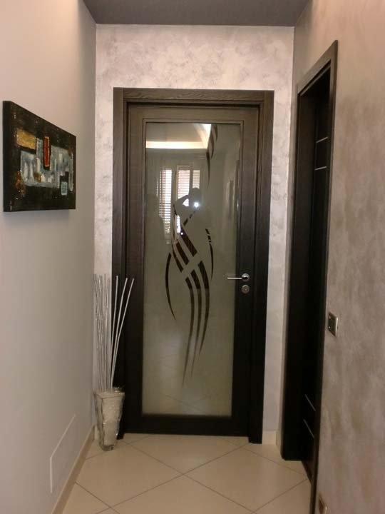 Porta in  legno con decorazione in vetro