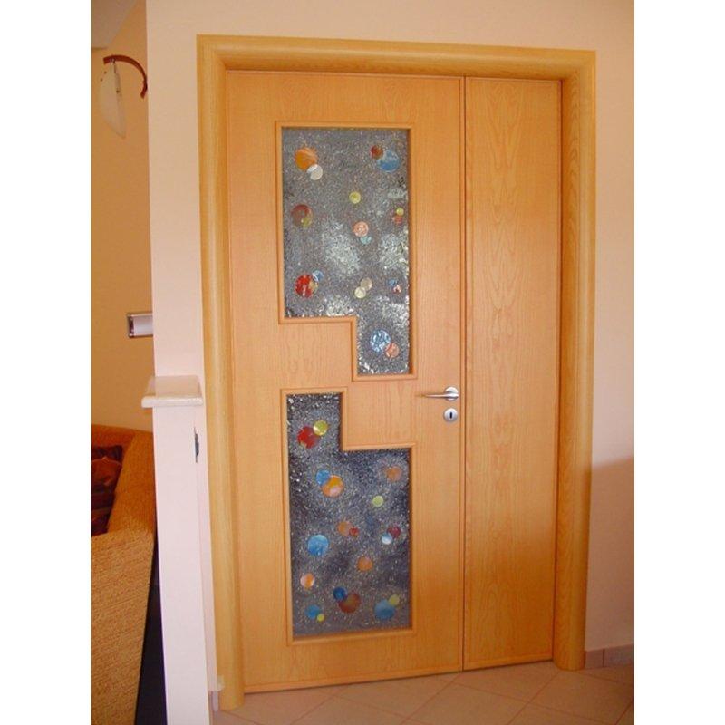 Porta in legno con decorazione