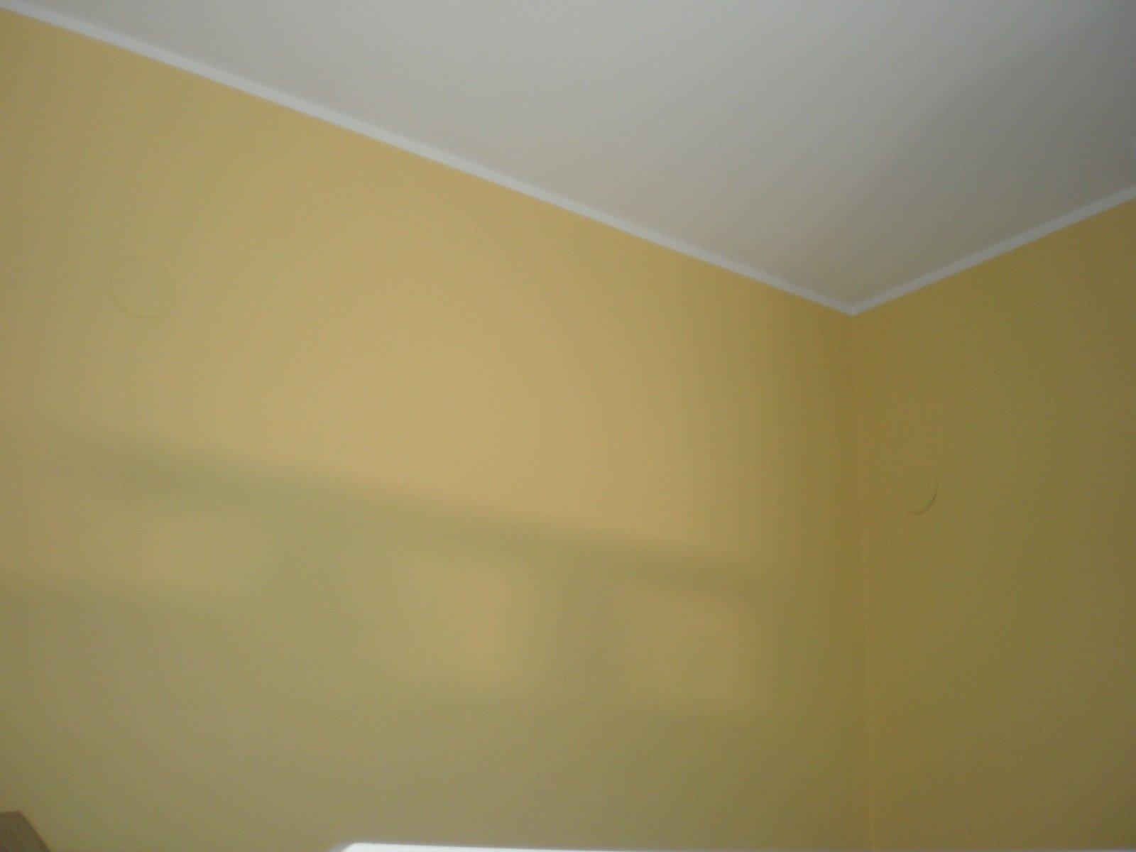 delle pareti dipinte di color giallo canarino